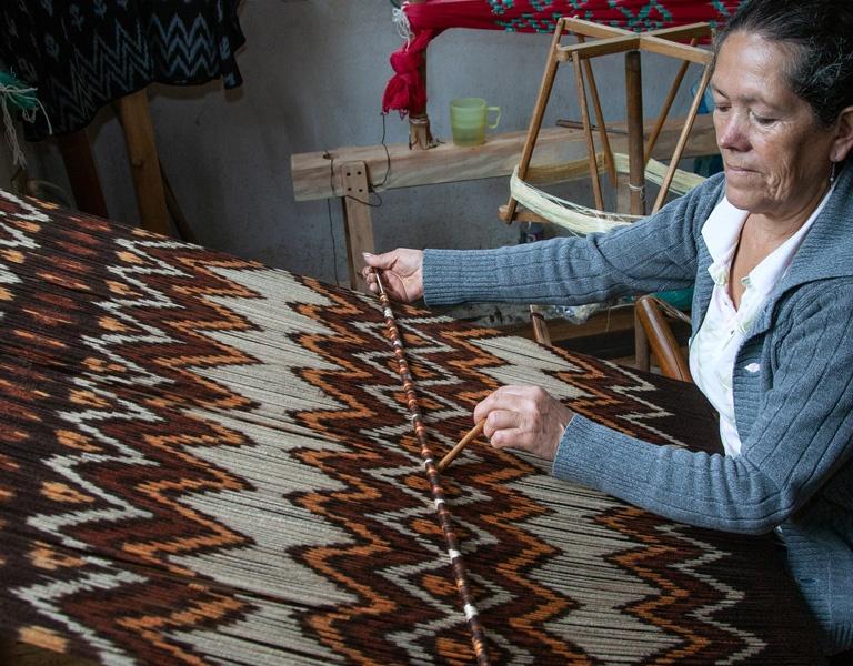 Ecuadorian artisan using the ikat technique